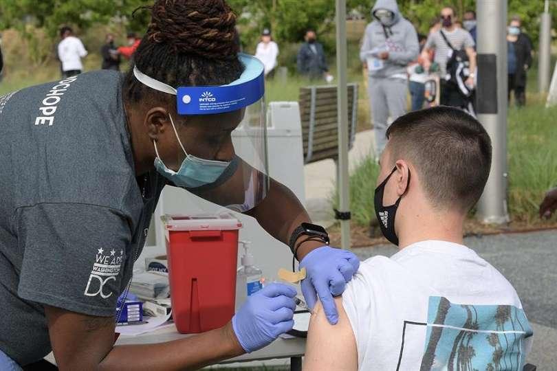 Un hombre recibe una vacuna contra el covid-19 durante un evento de vacunación a residentes del Distrito de Columbia en el Centro Kennedy de Washington