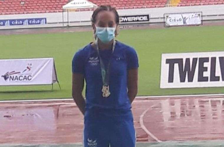 Nathalee Aranda en la ceremonia de premiación del salto de longitd femenino en el Centroamericano de Atletismo.