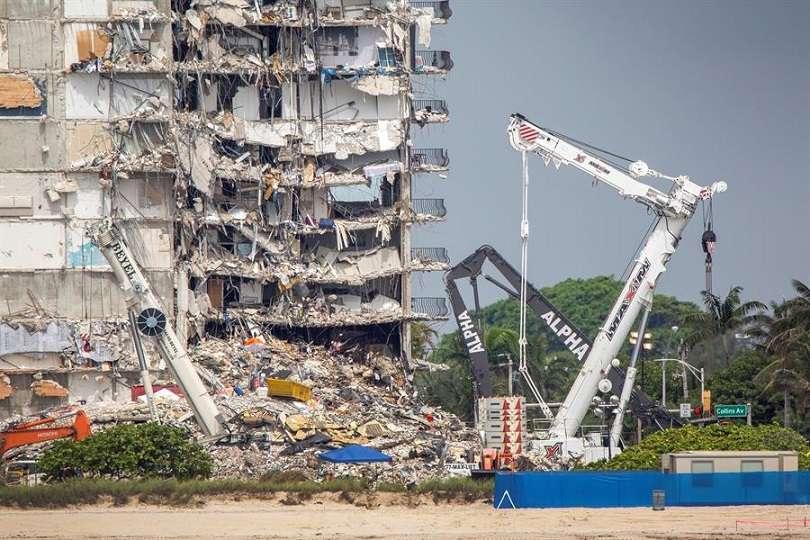 Vista de los trabajos en el edificio Champlain Towers South, este 1 de julio de 2021, derrumbado en Surfside, Florida. EFE
