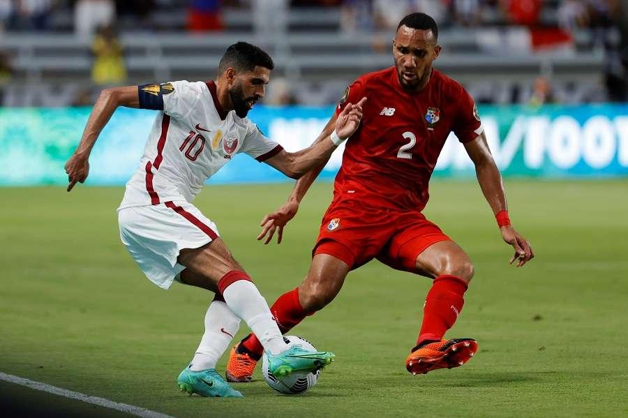 Hassan Al Hyados (i) de Catar disputa un balón con el panameño Francisco Palacios./EFE
