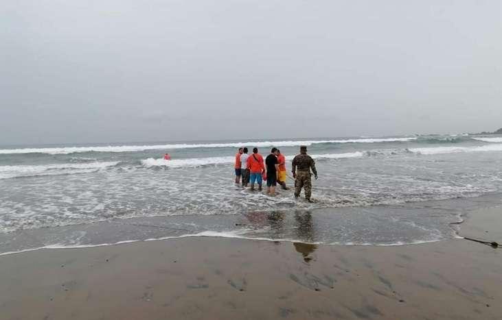 El joven, quien provenía de la ciudad capital, desapareció en las aguas de la playa Los Panamaes, el pasado sábado.