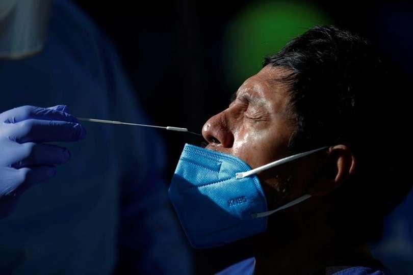 Un hombre se realiza una prueba de hisopado para detectar covid-19 en Ciudad de Panamá (Panamá). EFE