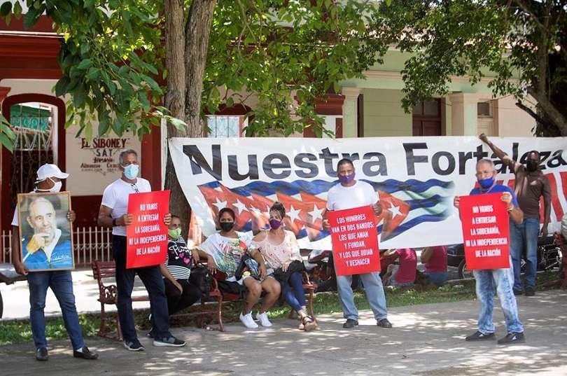 Simpatizantes del gobierno de Miguel Díaz-Canel se manifiestaron por las calles de San Antonio de los Baños, al suroeste de La Habana (Cuba). EFE