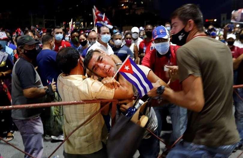 Fotografía tomada el pasado 17 de julio en la que se registró el arresto de un hombre, durante un acto de apoyo a la revolución cubana, en La Habana (Cuba). EFE