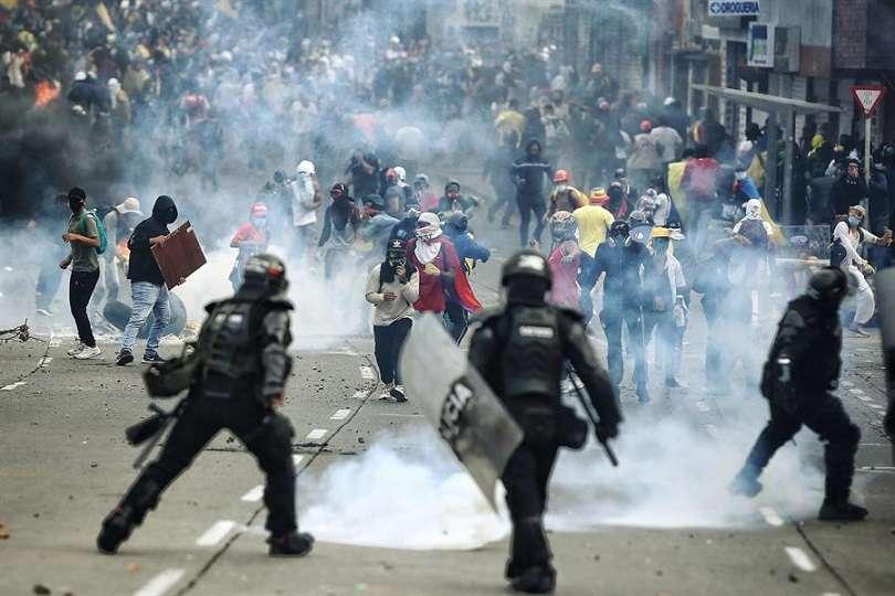 Manifestantes se enfrentan a integrantes del Escuadrón Móvil Antidisturbios (ESMAD) de la Policía colombiana, en la Loma de la Cruz en Cali (Colombia). EFE