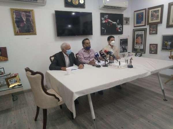 Roberto Durán (c) junto a su hijo Robin Durán der.) y su abogado Eric López. Foto: Joel González