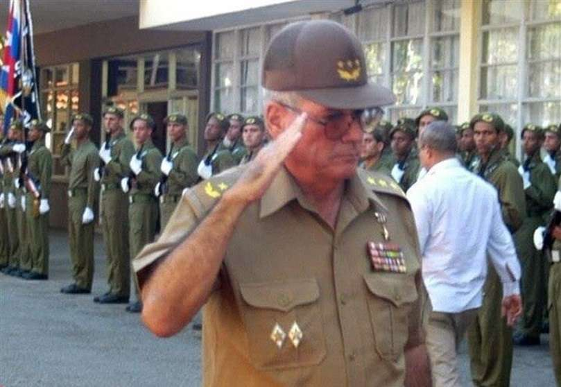 Fotografía de archivo del 28 de diciembre de 2005 que muestra al militar cubano Álvaro López Miera mientras pasa revista a las tropas en la gran unidad de tanques Rescate de Sanguly, en La Habana (Cuba). EFE