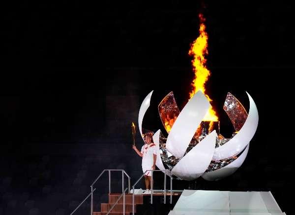La tenista japonesa Naomi Osaka encendió el pebetero de los Juegos Olímpicos de Tokio. Foto: AP