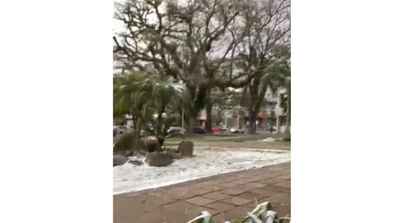 La nieve tiñó de blanco al menos una decena de ciudades de Río Grande do Sul, entre ellas la turística Gramado, ubicada en las montañas de este estado del sur de Brasil.