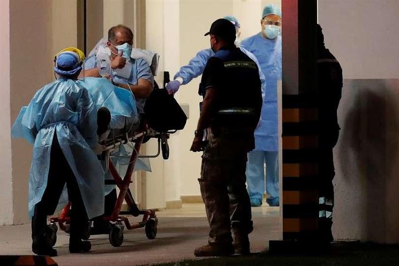 Un paciente con la covid-19 es trasladado al Hospital COVID, en la 'Ciudad de la Salud' en ciudad de Panamá (Panamá). EFE