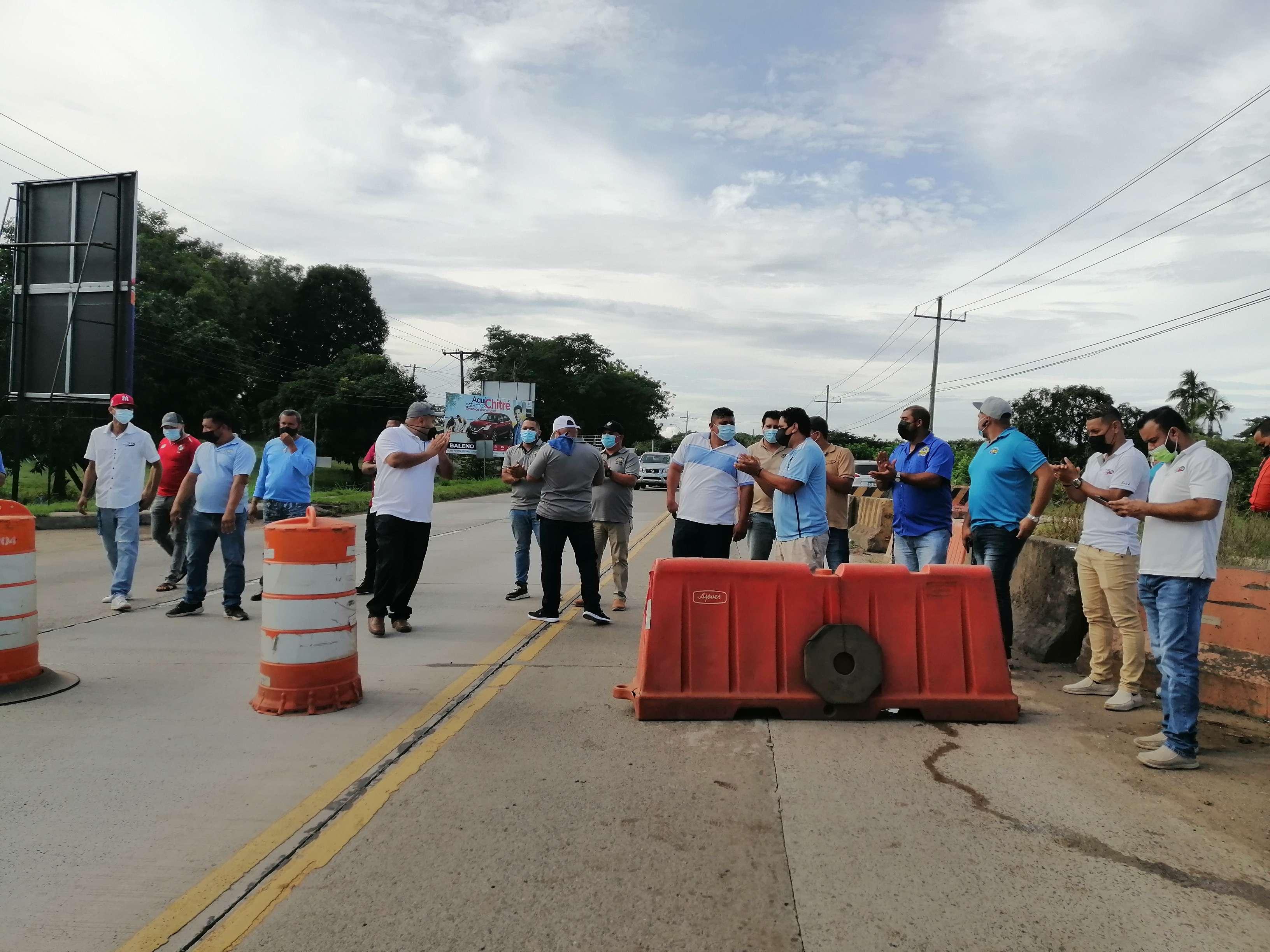 La protesta duró aproximadamente 30 minutos y causó un gran tranque vehicular.