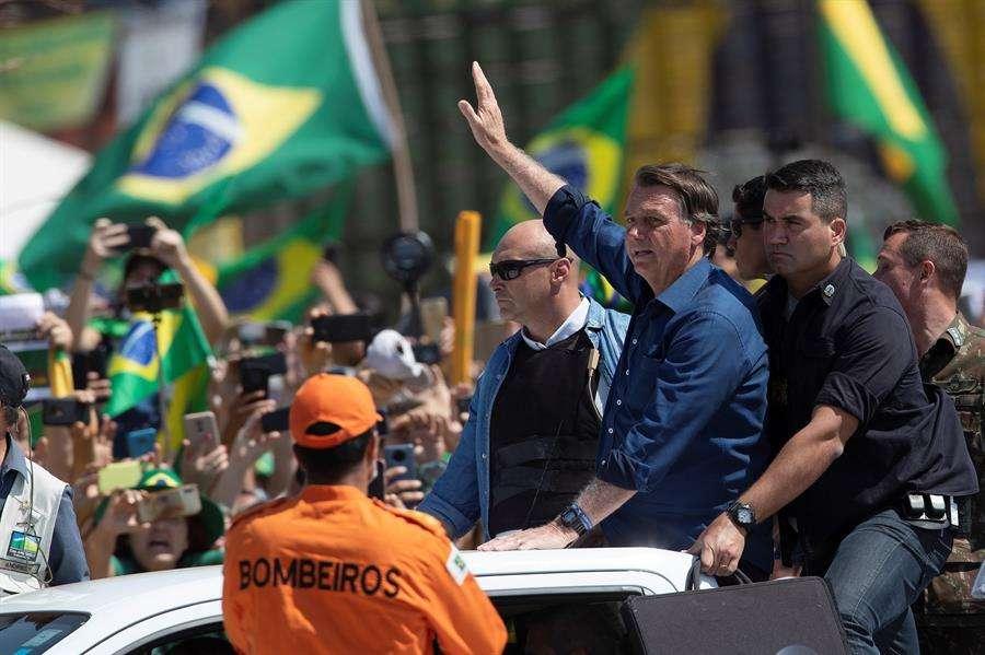 l presidente de Brasil, Jair Bolsonaro, saluda a sus seguidores durante un acto de Gobierno por el día de la independencia hoy, en Brasilia (Brasil). EFE