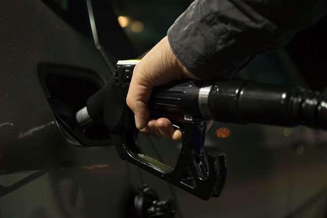 Una persona llena el tanque de combustible de su vehículo. Foto: Ilustrativa - Pixabay
