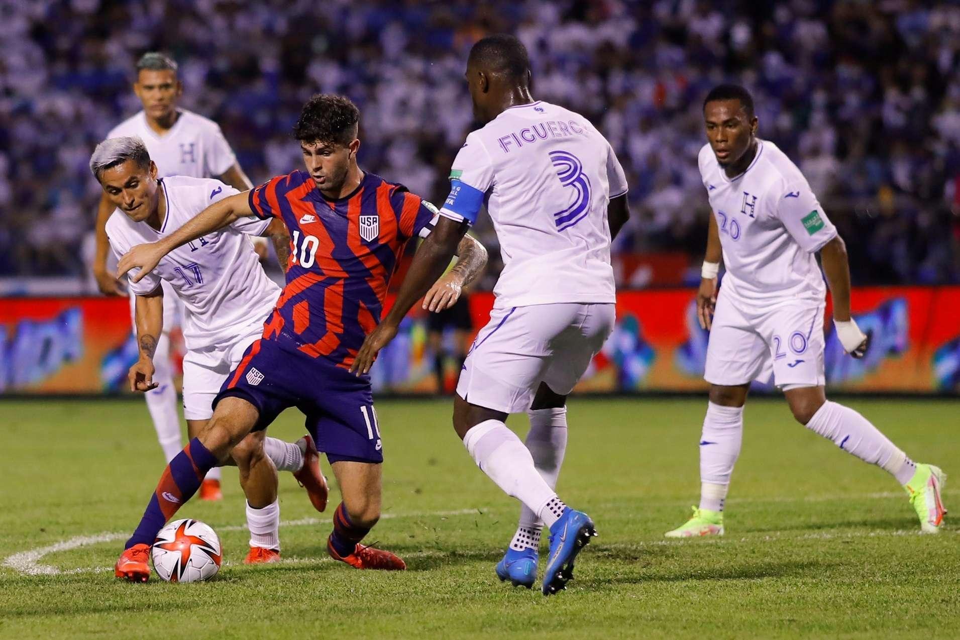 Maynor Figueroa (2-d) de Honduras disputa un balón con Christian Pulisic (c) de Estados Unidos. /EFE