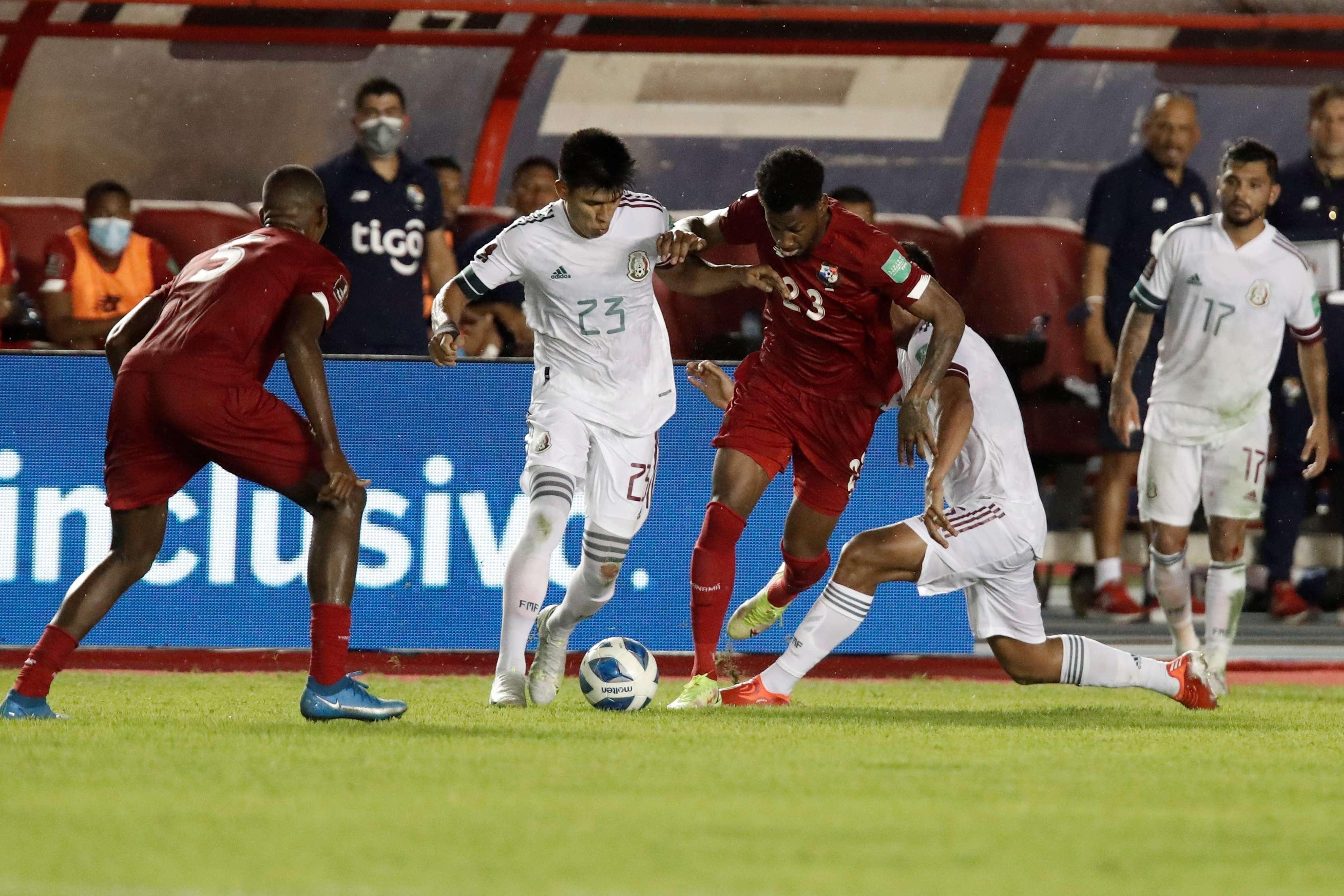 Michael Murillo (2-d) disputa un balón con el mexicano Jesús Gallardo. /EFE