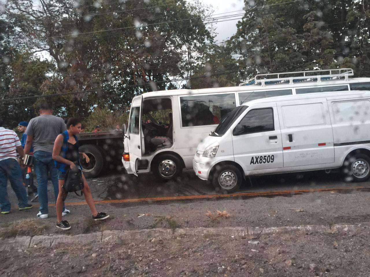Los conductores se detenían para ayudar a los lesionados. Foto: Redes Sociales