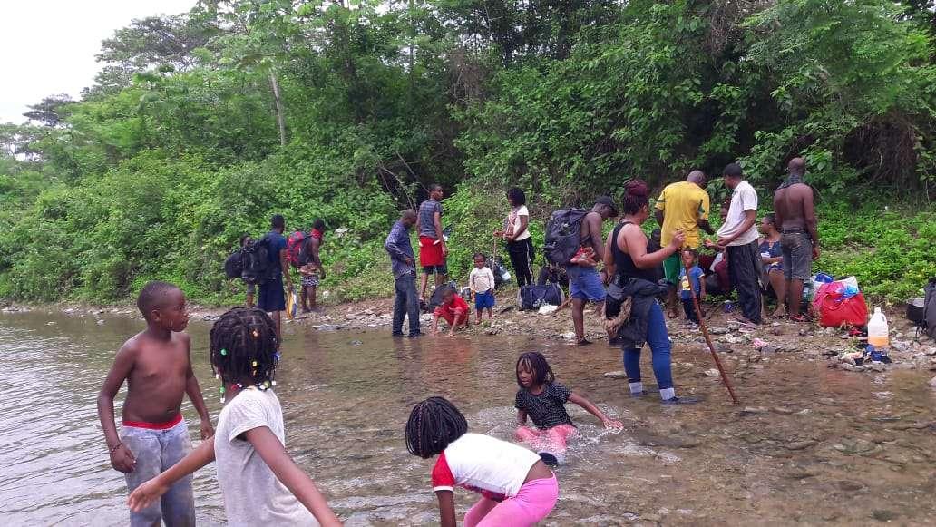 Niños junto a sus seres queridos disfrutando de las aguas del Río Armila, provincia de Darién.