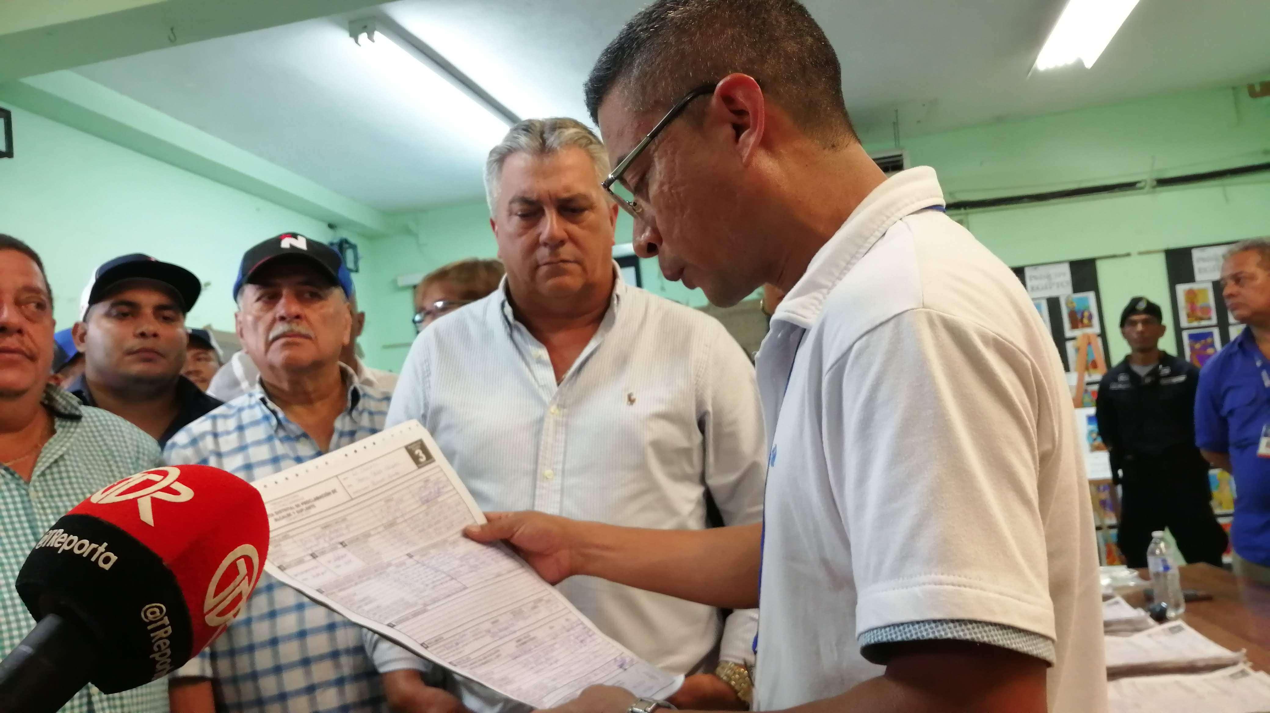 Proclamación de alcalde Tomás Velásquez