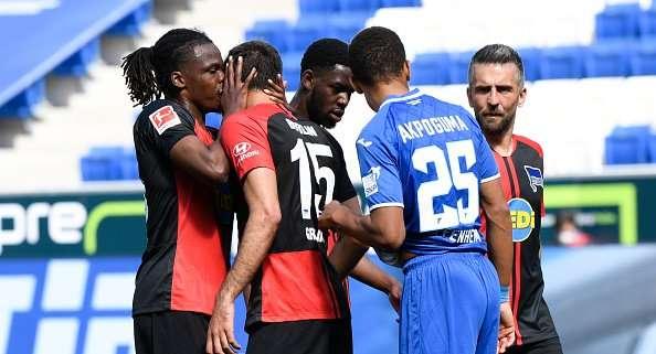 Dedryck Boyata (izq.) besa a su compañero de equipo  Marko Grujic.