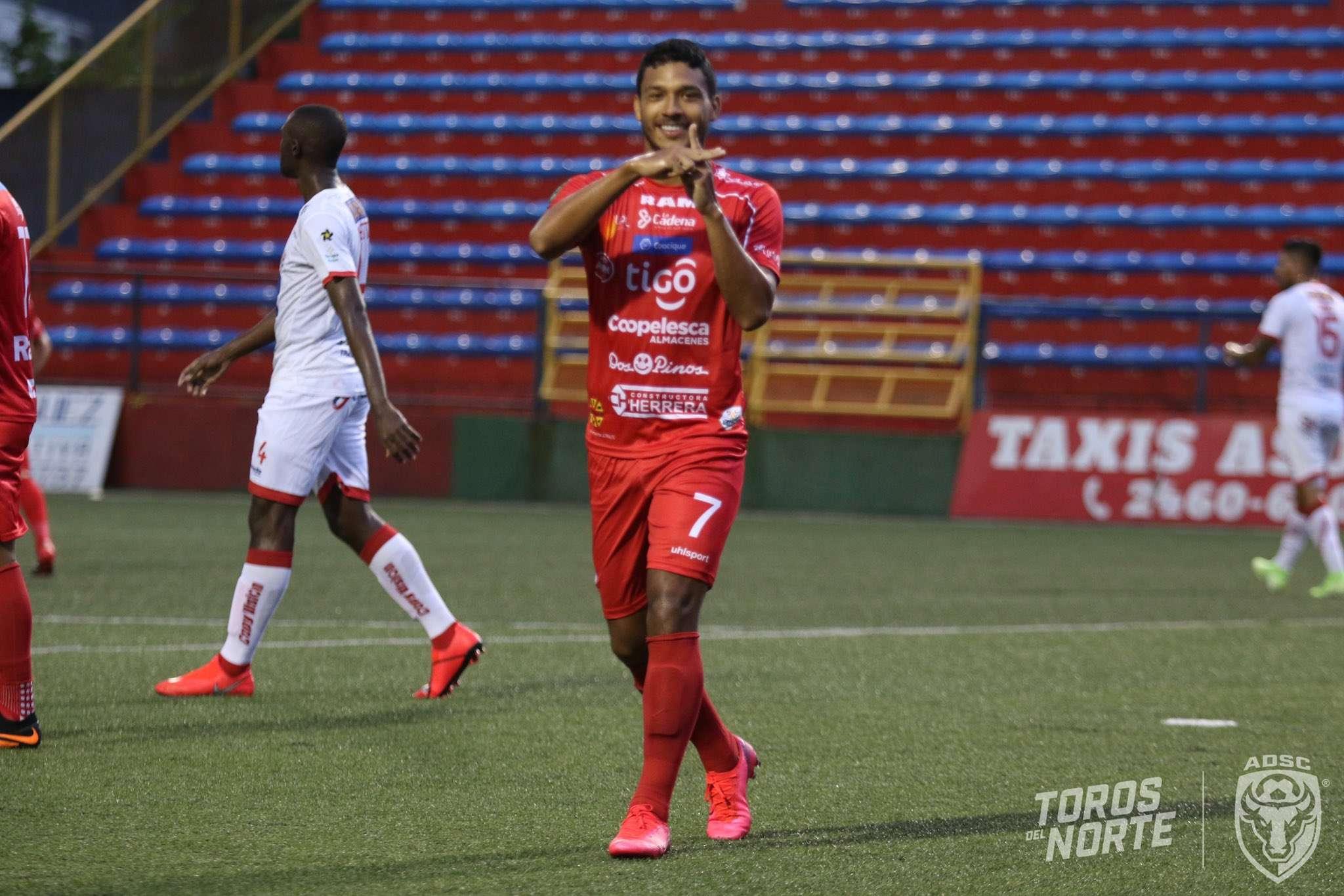 Jorman Aguilar celebra el gol anotado.