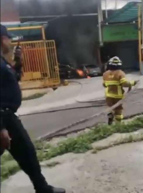 Auto se incendió en un taller de mecánica.