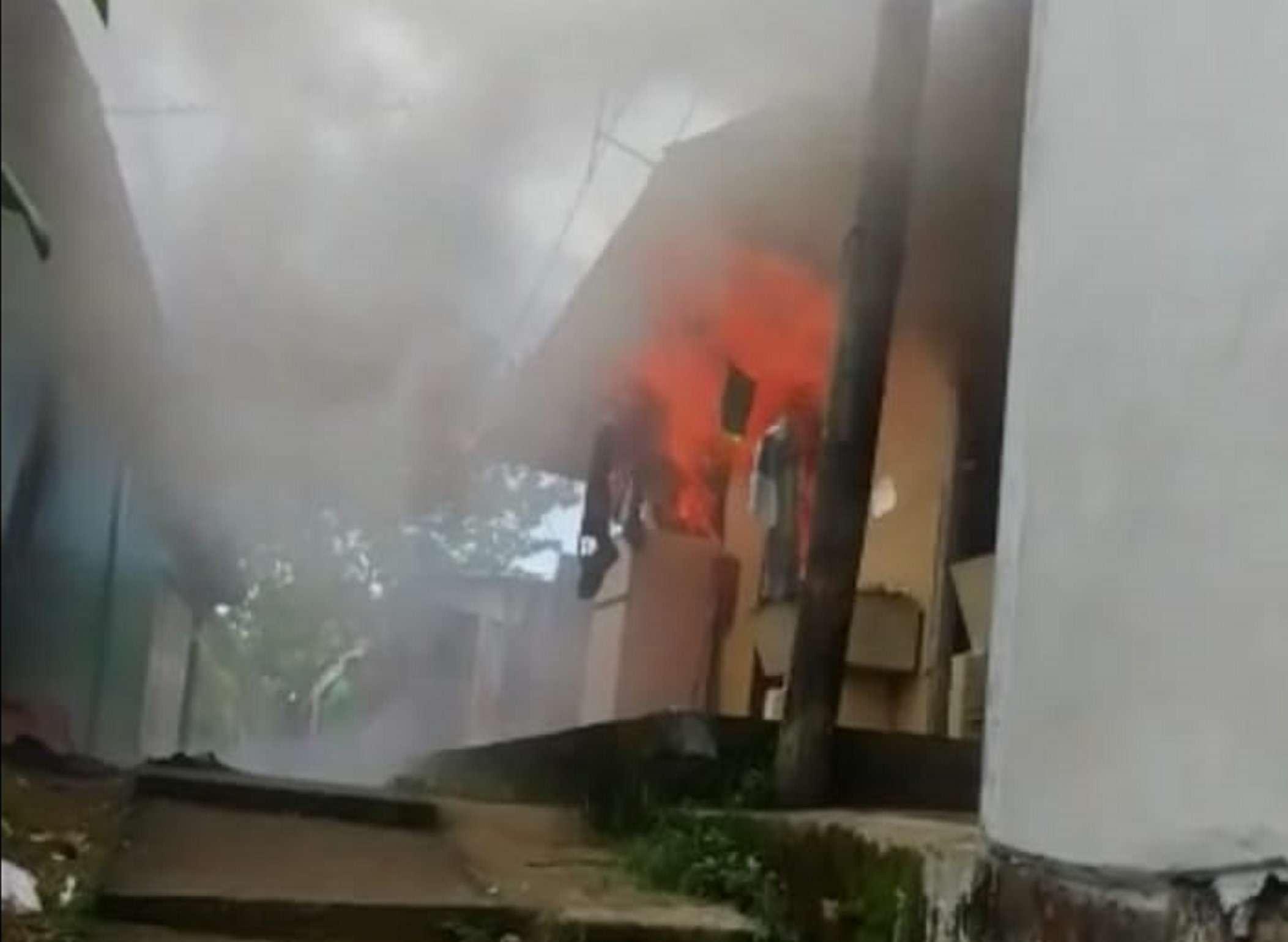 El fuego consumió gran parte de los enseres de los arrendatarios de los cuartos de alquiler. Foto: Eric Montenegro
