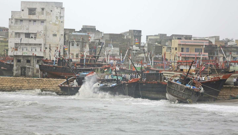 Barcos pesqueros anclados frente a la costa ante la llegada del ciclón Vayu este jueves a Veraval (India). AP
