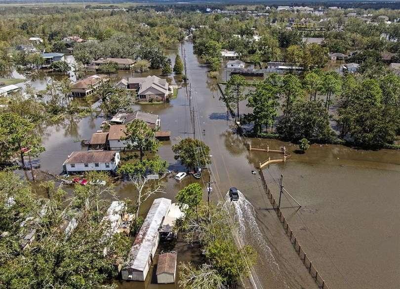 Registro aéreo captado este martes con un dron que muestra las inundaciones y destrozos causados por el huracán Ida en Jean Lafitte (Louisiana, EE.UU.). EFE