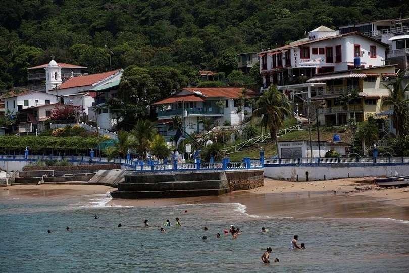Turistas disfrutan hoy de una playa en la isla de Taboga (Panamá). Taboga, una pequeña y exótica isla del Pacífico de Panamá. EFE