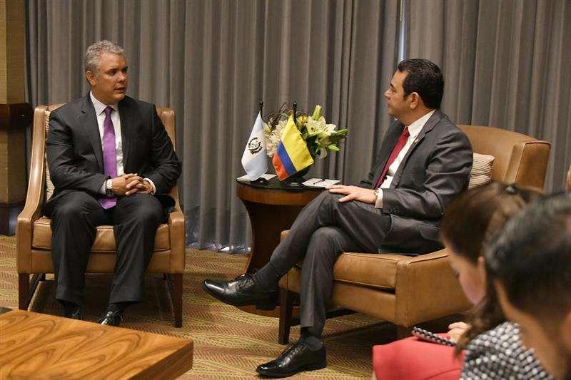 Fotografía cedida este martes por la Presidencia de Guatemala en la que se registró al mandatario Jimmy Morales (d), durante una reunión con el presidente electo de Colombia, Iván Duque (i), en Bogotá (Colombia). EFE