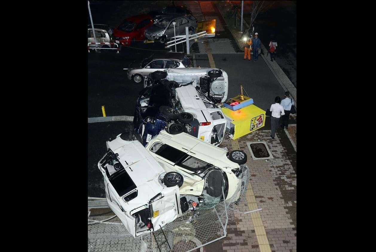 Coches destrozados como consecuencia de las fuertes rachas de viento por el tifón Jebi, en Osaka, Japón. EFE