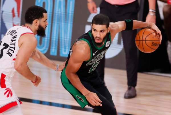 Jason Tatum (der.) fue uno de los jugadores más destacados de los Celtics. Foto: AP