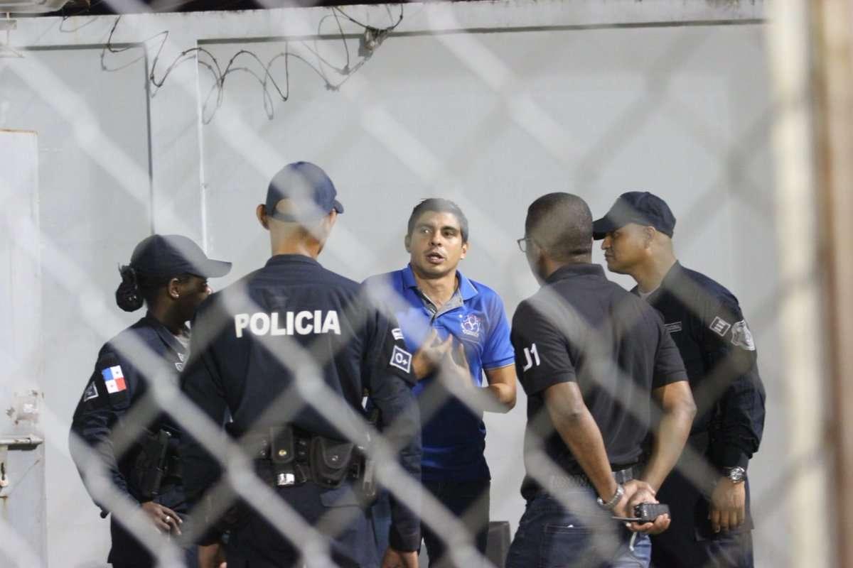 """Juan Ramón Solís fue abordado por la seguridad del estadio """"Muquita"""" Sánchez, la noche del viernes. /EFE"""
