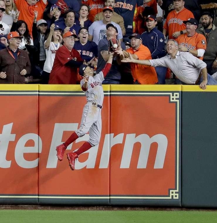 La jugada polémica del cuarto juego de la serie entre Astros y Medias Rojas./ Foto AP