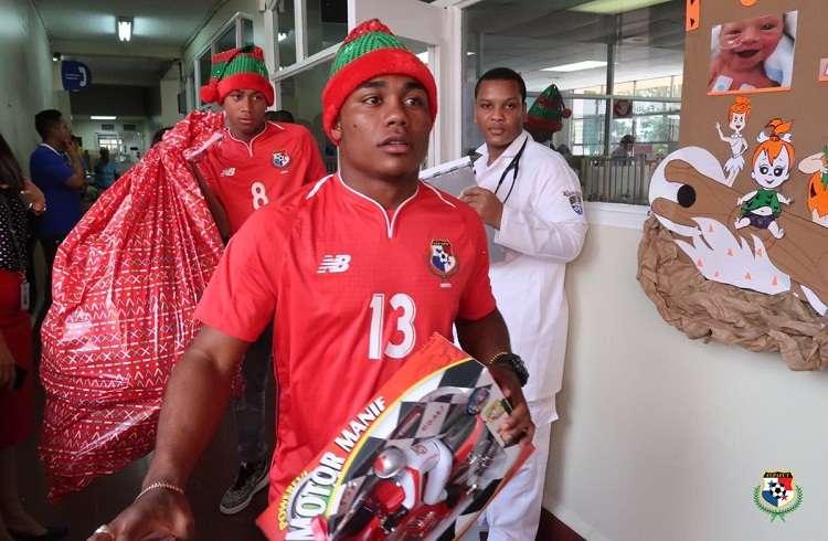 Jugadores y cuerpo técnico recorriendo los pasillos del Hospital del Niño. Foto: Fepafut