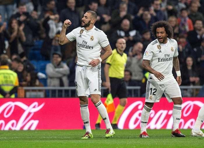El delantero francés del Real Madrid Karim Benzema (i), celebra con sus compañero Marcelo Vieira el primer gol de su equipo ante el Rayo Vallecano. Foto: EFE