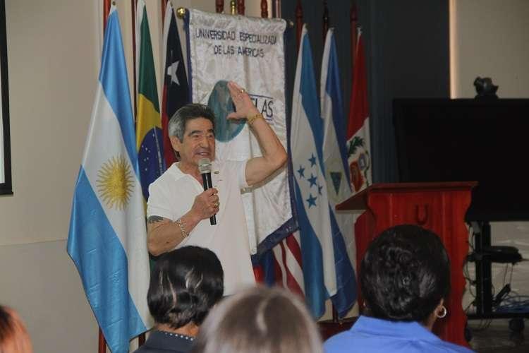 Laffit Pincay Jr. durante el  conversatorio con estudiantes de la Universidad Especializada de las Américas. Foto: Udelas