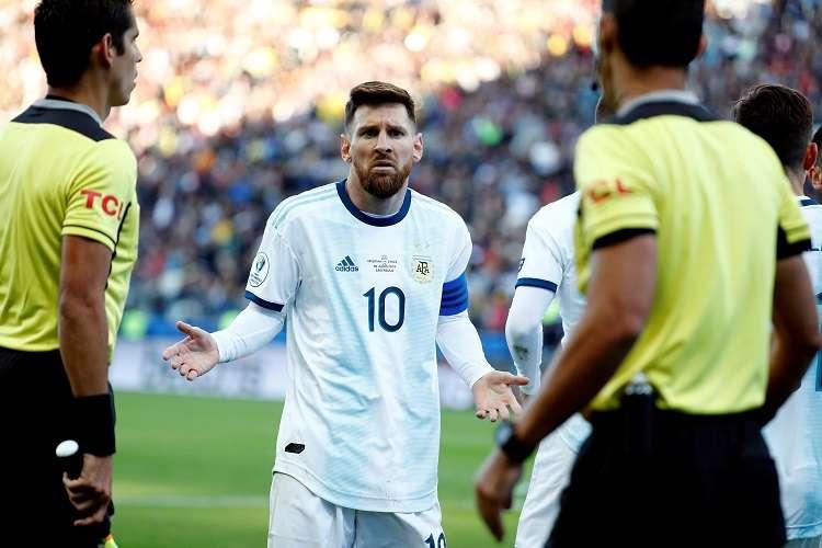 Lionel Messi de Argentina reclama luego de ser expulsado durante el partido Argentina-Chile. Foto: EFE