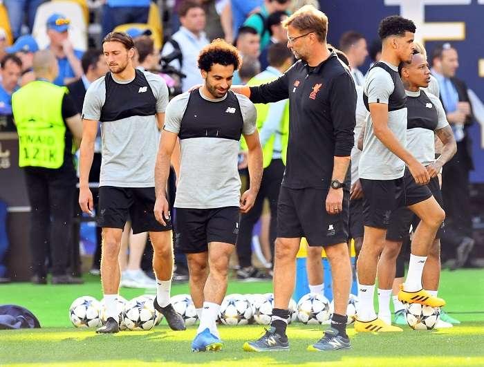 Jürgen Klopp (c-d), habla con su jugador, el extremo egipcio Mohamed Salah./EFE