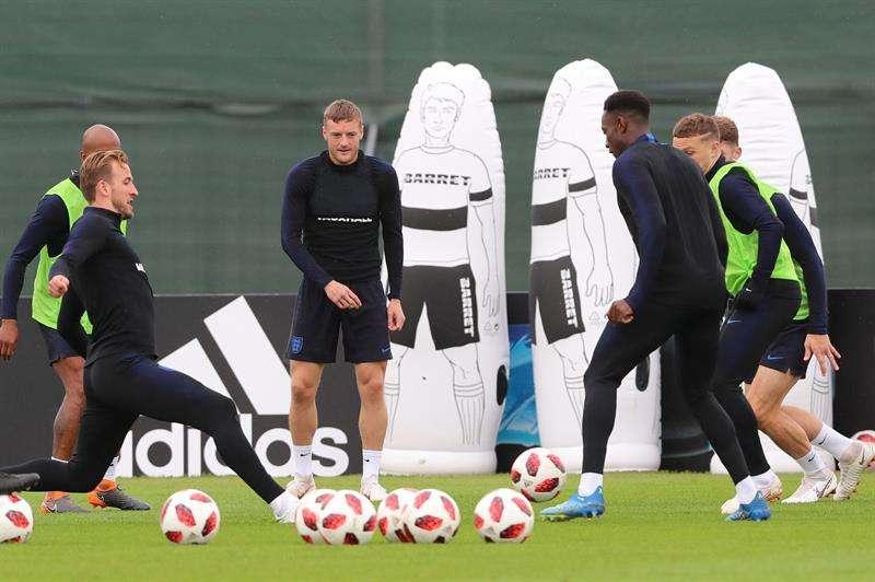 Los futbolistas ingleses Harry Kane (i) y Jamie Vardy (2i), durante la sesión de entrenamiento del equipo en el estadio Spartak Zelenogorsk. Foto EFE