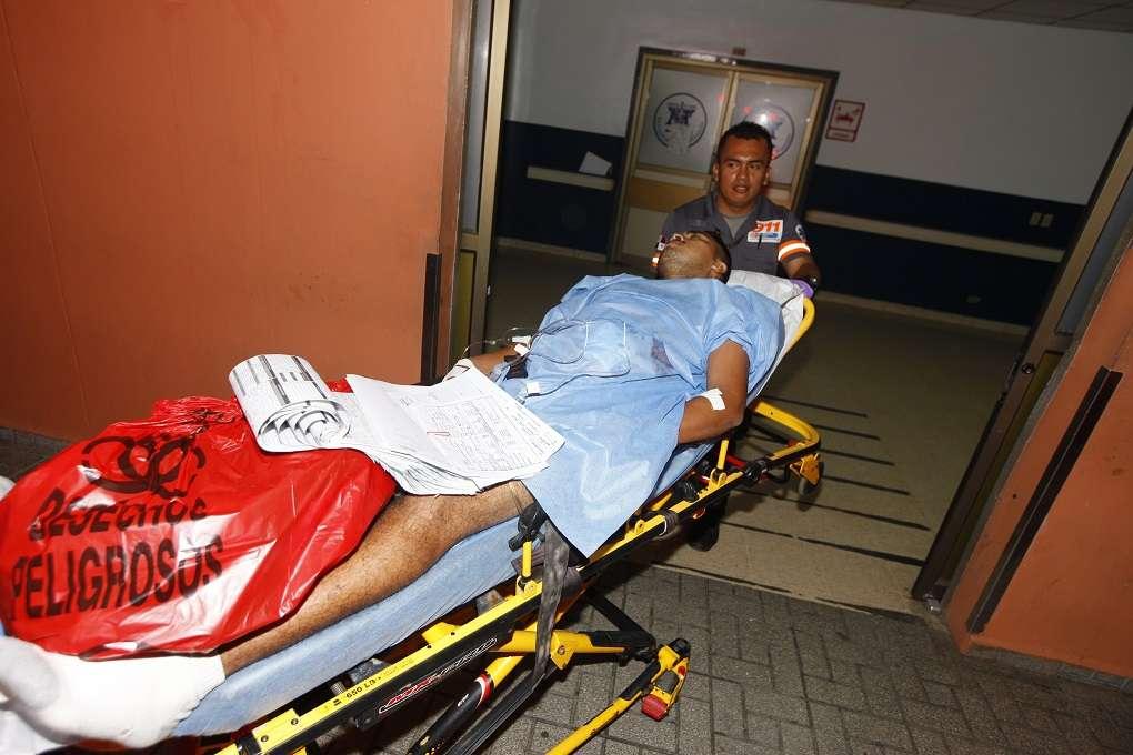 Vista del ingreso de la víctima al cuarto de urgencias del Hospital Santo Tomás. Foto: Alexander Santamaría