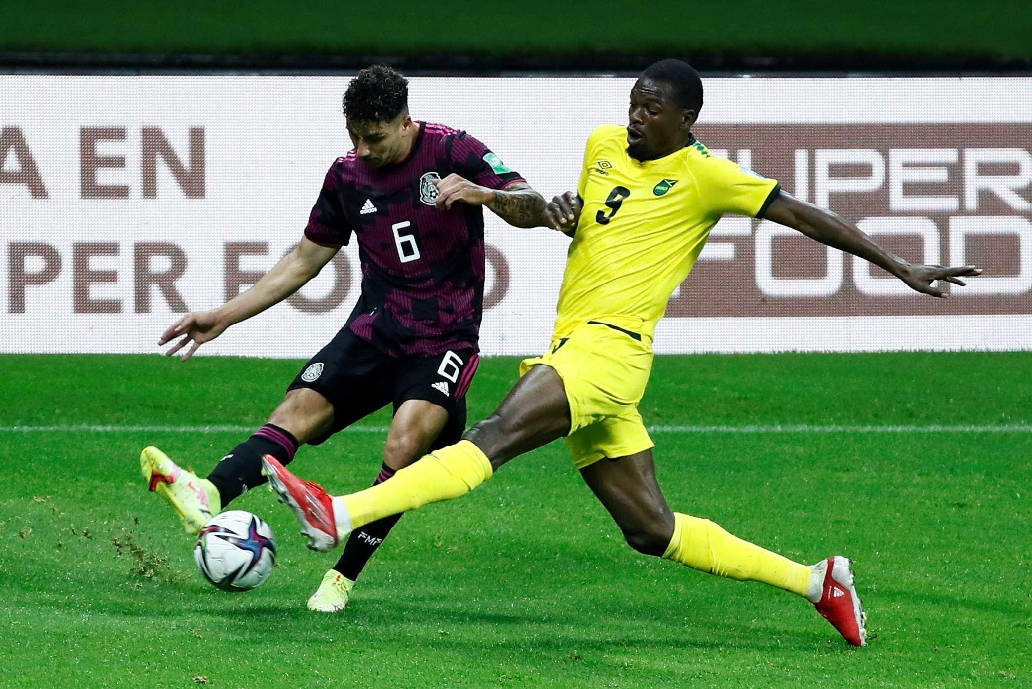 Jorge Sánchez (i) de México disputa un balón con Cory Burke de Jamaica. /EFE