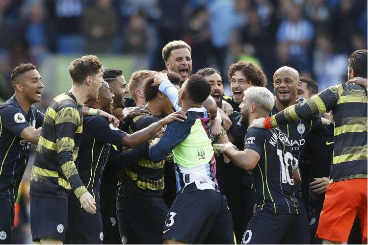 Jugadores del Manchester City celebran el campeonato obtenido en la Premier. Foto: AP