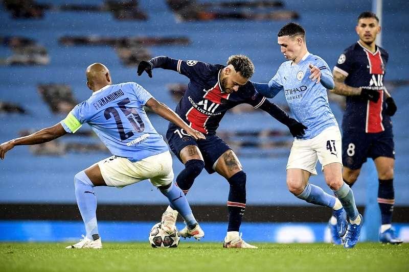 Neymar (C) trata de evadir a Fernandinho y Phil Foden. /EFE