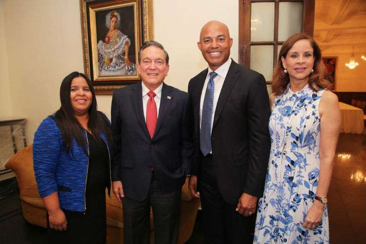 Mariano Rivera estuvo ayer en el Palacio de las Garzas junto a su esposa Clara.
