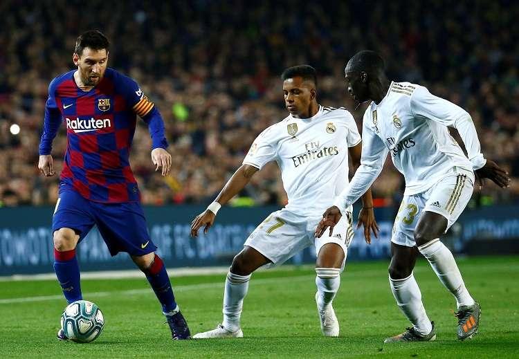 Rodrygo Goes (2d) y Ferland Mendy (d) del Real presionan a Messi. Foto: Lionel Messi