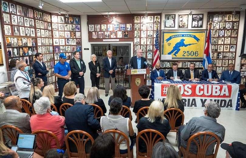 El miembro de la Asamblea de la Resistencia Cubana Orlando Gutiérrez habla durante un evento convocado por dicha organización. EFE