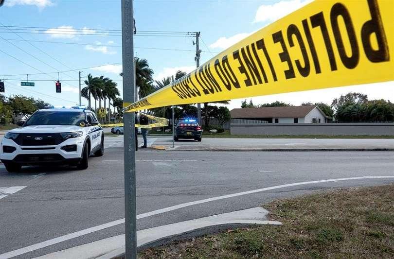 Policía federal y local en la escena de un enfrentamiento que terminó con la muerte a tiros de dos agentes de la Oficina Federal de Investigaciones (FBI). EFE