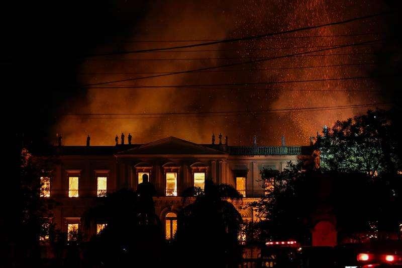 Vista general del Museo Nacional de Río de Janeiro, uno de los más antiguos de Brasil, mientras es consumido por las llamas debido a un incendio de grandes proporciones hoy, domingo 2 de septiembre de 2018, en Río de Janeiro (Brasil). EFE
