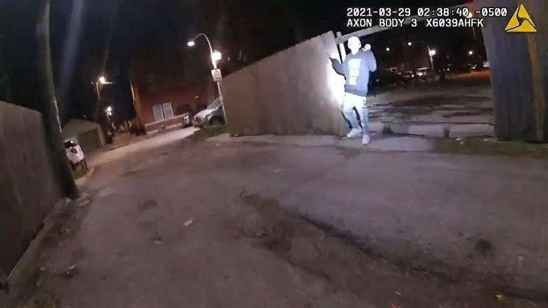 Captura de un vide de la Policía de Chicago publicado este jueves donde se muestra al joven Adam Toledo, de 13 años, con las manos en alto durante una persecución policial ocurrida el pasado 29 de marzo en el barrio hispano de La Villita en Chicago, Illin